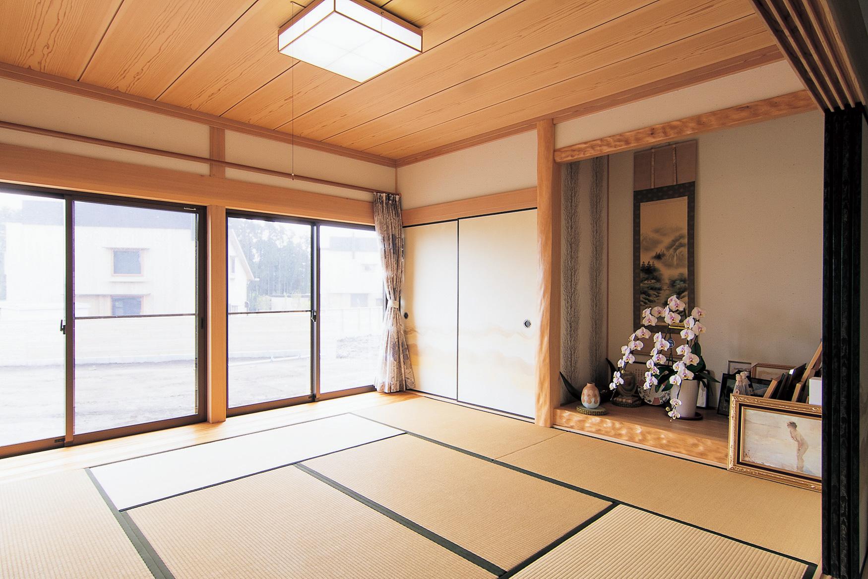 客間としても使う和室はゆとりある広さを確保。光と風を通す開口も大きい。腰板の見切り部分は面を取り、掃除しやすく