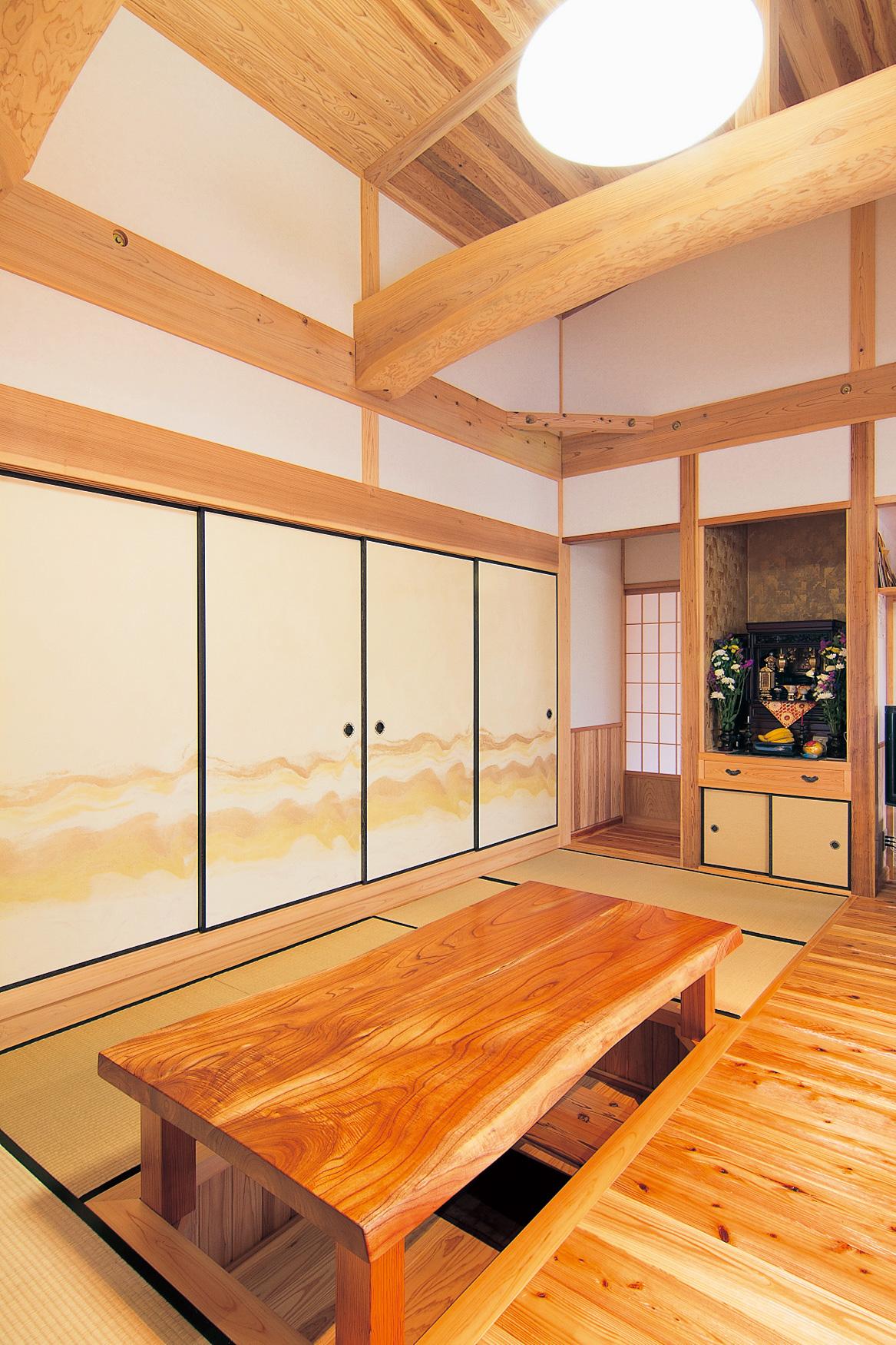 隣接する和室を襖で間仕切るとまた違った雰囲気に。奥の廊下へつながる出入り口は2つあるので、移動もスムーズ