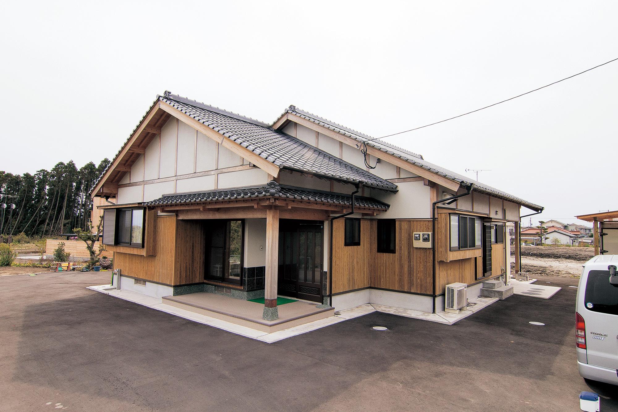 シンプルなデザインに、板張りや瓦屋根など和の風情を盛り込んだK邸。自然素材だけに、経年変化で味わい深くなるのも楽しみ