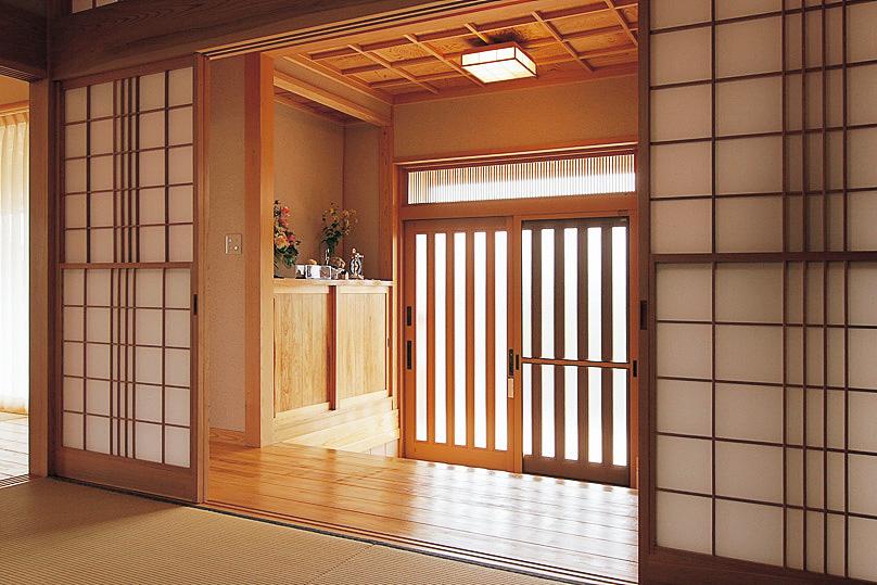 和室から玄関ホールを見る。和室の雪見障子や玄関の格子天井など、造作の建具や意匠にもこだわりが満載