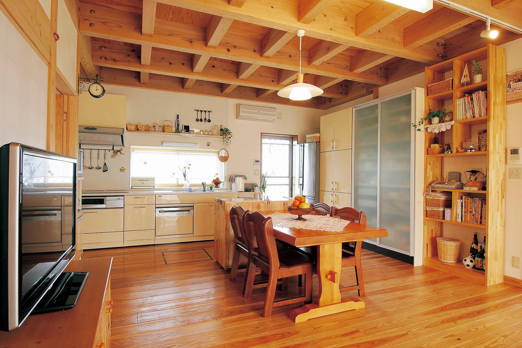 キッチンは広さを優先させてあえて壁側へ。窓も設けて採光性を高めているだけでなく、夏場は北側からの涼しい風を採り入れる仕組み