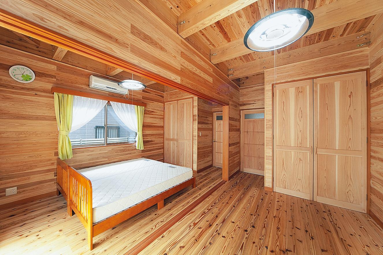 将来は2つに分けられる子供部屋。仕切りとなる引き戸は現在、外している。木のクローゼットやドアが美しい