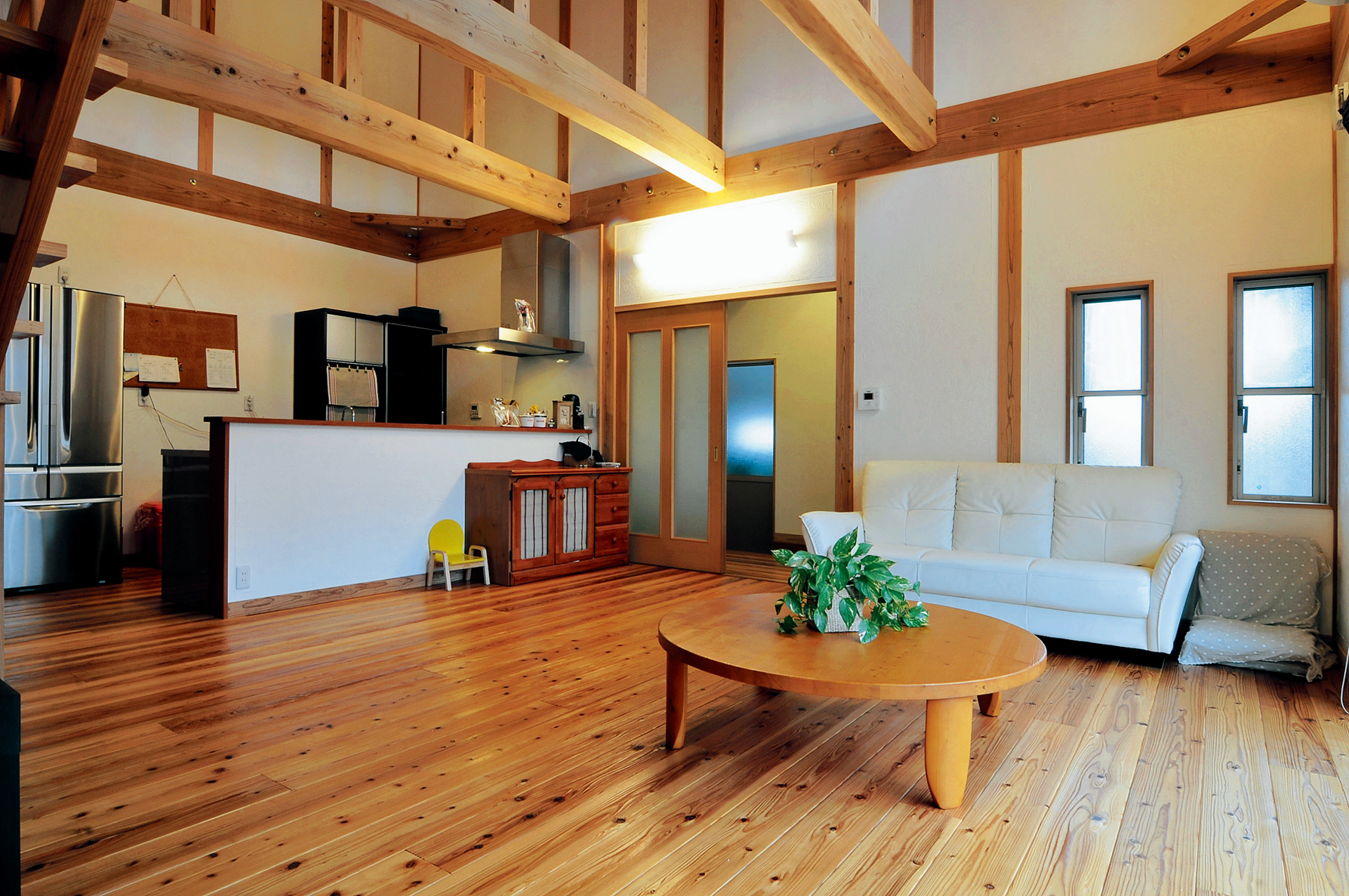 キッチンは内側が見えないよう壁を高めに設定。K邸では埃の滞りやすい釣り下げ照明を極力避け、ダウンライトや直付け照明を多用している