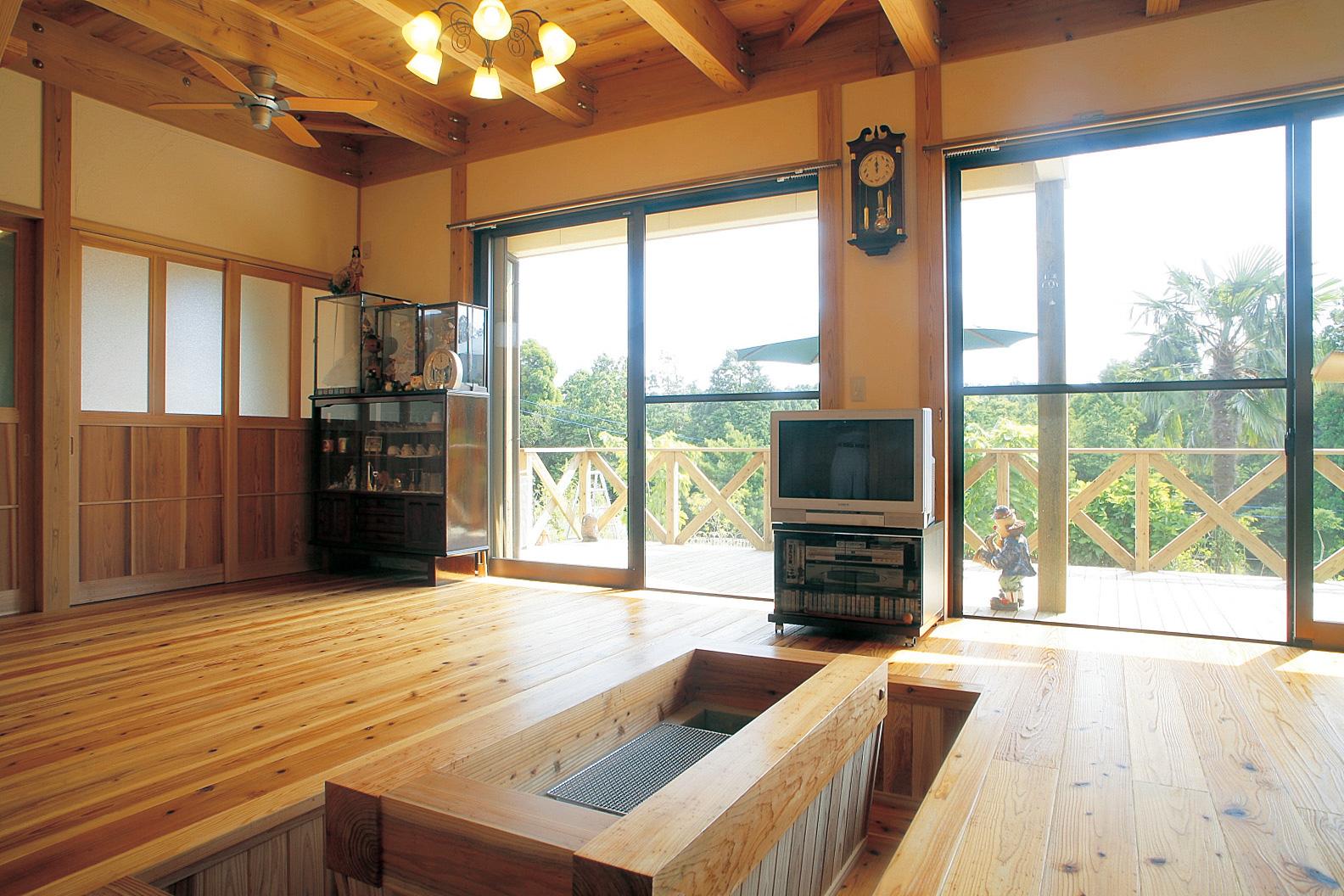 リビングでは大きな窓が明るさと開放感を演出。室内は梁や桁を見せた造りでその分天井も高く、広さを感じさせる