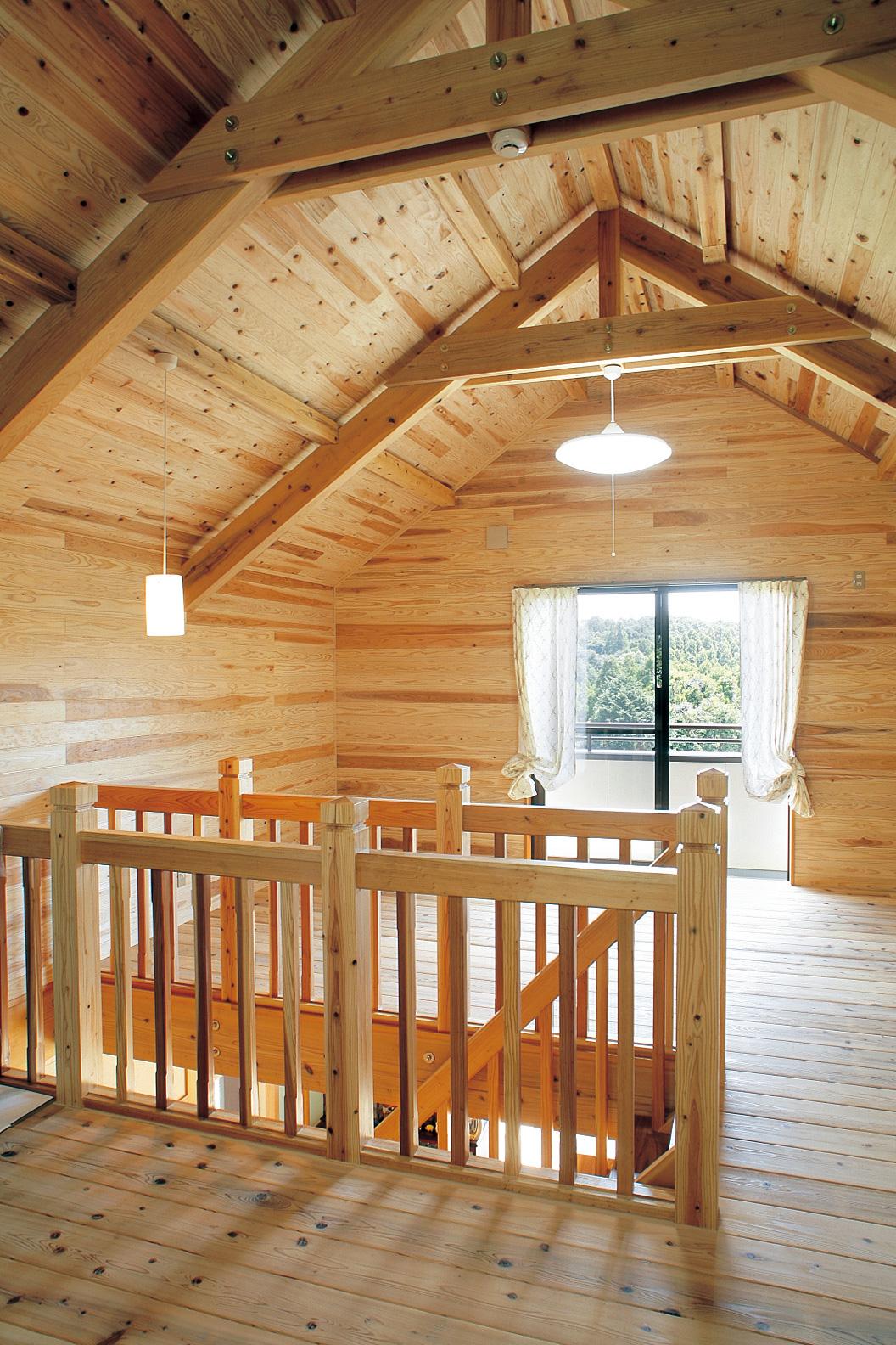 2階は木肌を見せ勾配天井。お子さんが里帰りした時などに活躍するスペース。眺めも抜群