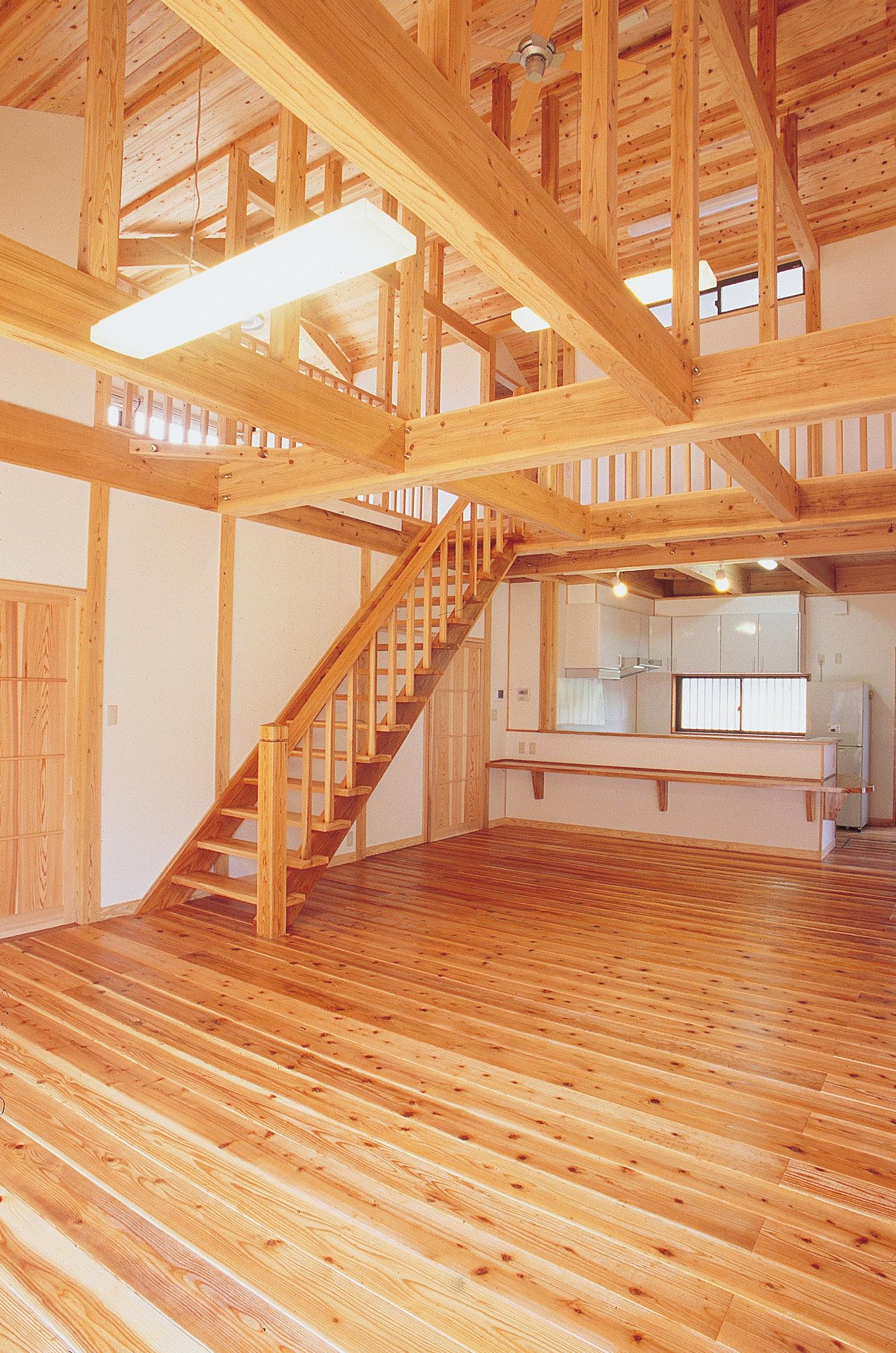 すべての部屋の中心に位置するリビング。窓にはローマンシェードを採用しているため、太陽の動きに応じて光の入り具合を調節できる。