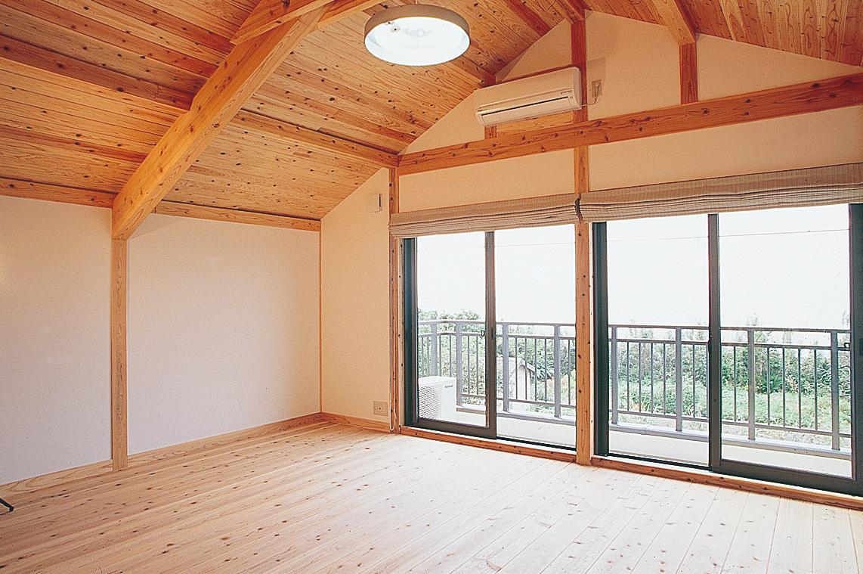 錦江湾と沈む夕日が眺められる寛ぎ度満点の部屋。屋根に取り入れている断熱材で、屋根裏部分の暑さも抑えられている。