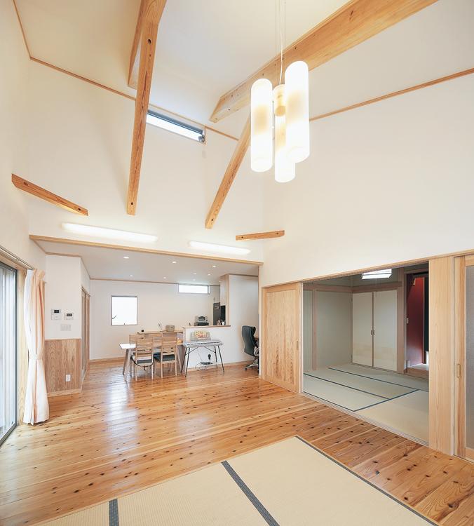 吹き抜けの開放的なLDK。ちょっとした畳スペースがまた心地いい。<br /> 和室もつながると更なる開放感が味わえる。