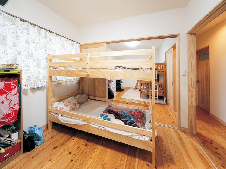 子ども部屋は南向きに男の子用と女の子用の2部屋を用意し、間にスライドドアを設置しました。
