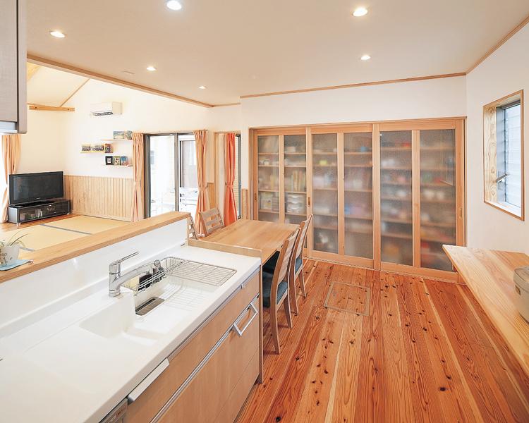 キッチンに立てば大人2人が余裕で通れるゆとりの広さ。正面の収納は、食器類だけでなく調理器具や雑貨類も片付く。<br /> また、LDKや和室はもちろん、中庭越しに子ども部屋まで目が届くので安心。