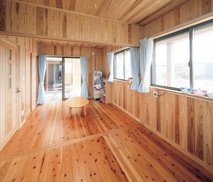 木を贅沢に使用した子ども部屋。<br /> 窓も大きく明るい空間。二部屋にも分けられます。