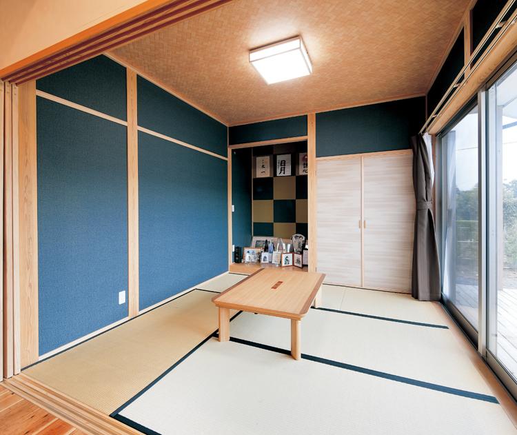 藍色の壁紙でLDKとは雰囲気を変えた和室。市松模様の床の間も目を引く空間。