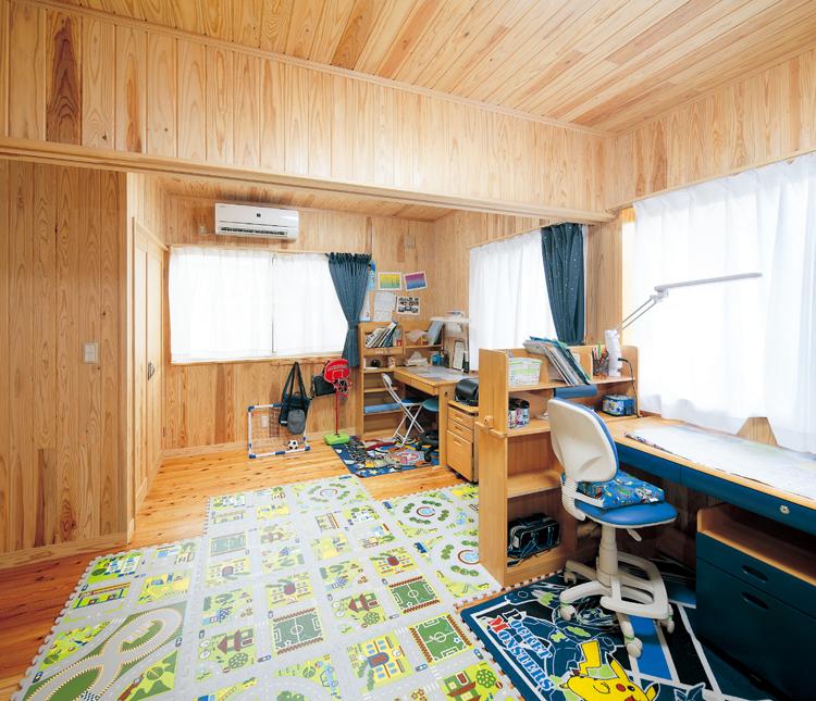 子ども部屋は木の温もりいっぱいの明るい空間。2部屋を繋げた状態で開放的に使っていただいています。