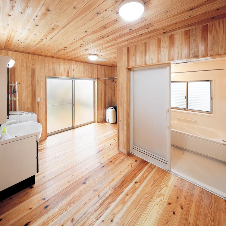 廊下の一番奥にバスルームなどの水回りを配置。ランドリー室としても利用される洗面脱衣室にはかなりの広さを確保しました。<br /> S様邸の洗濯物は1日に3回、毎日大変な量だ。それらを室内干しできるスペースと、乾いたらすぐに収納できるクローゼットを隣接させた回遊性のある配置で、洗濯にかかる家事負担を軽減。広いスペースがあることで、子どもたちがお手伝いしやすくなるというメリットも見逃せない。